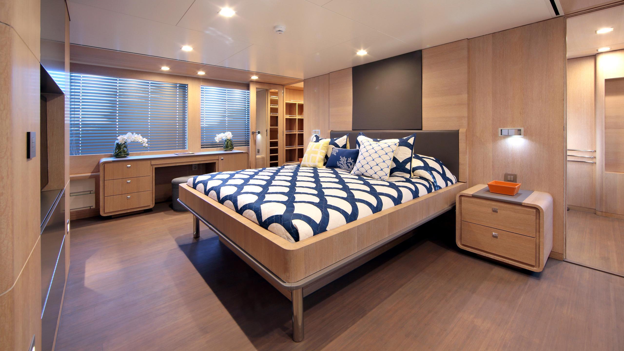 robbie-bobby-heliad-ii-motor-yacht-lynx-2013-33m-stateroom
