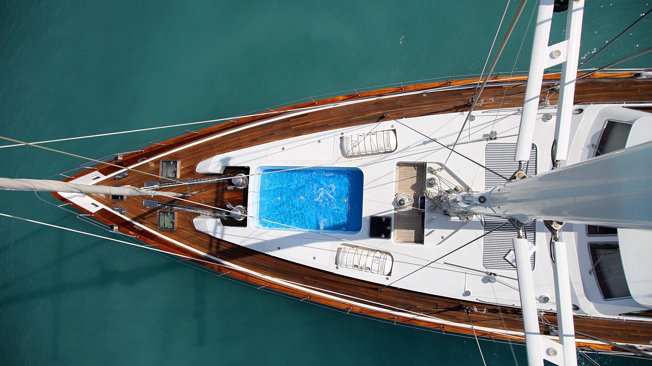 unplugged-sailing-yacht-valdettaro-112-1992-34m-aerila-foredeck