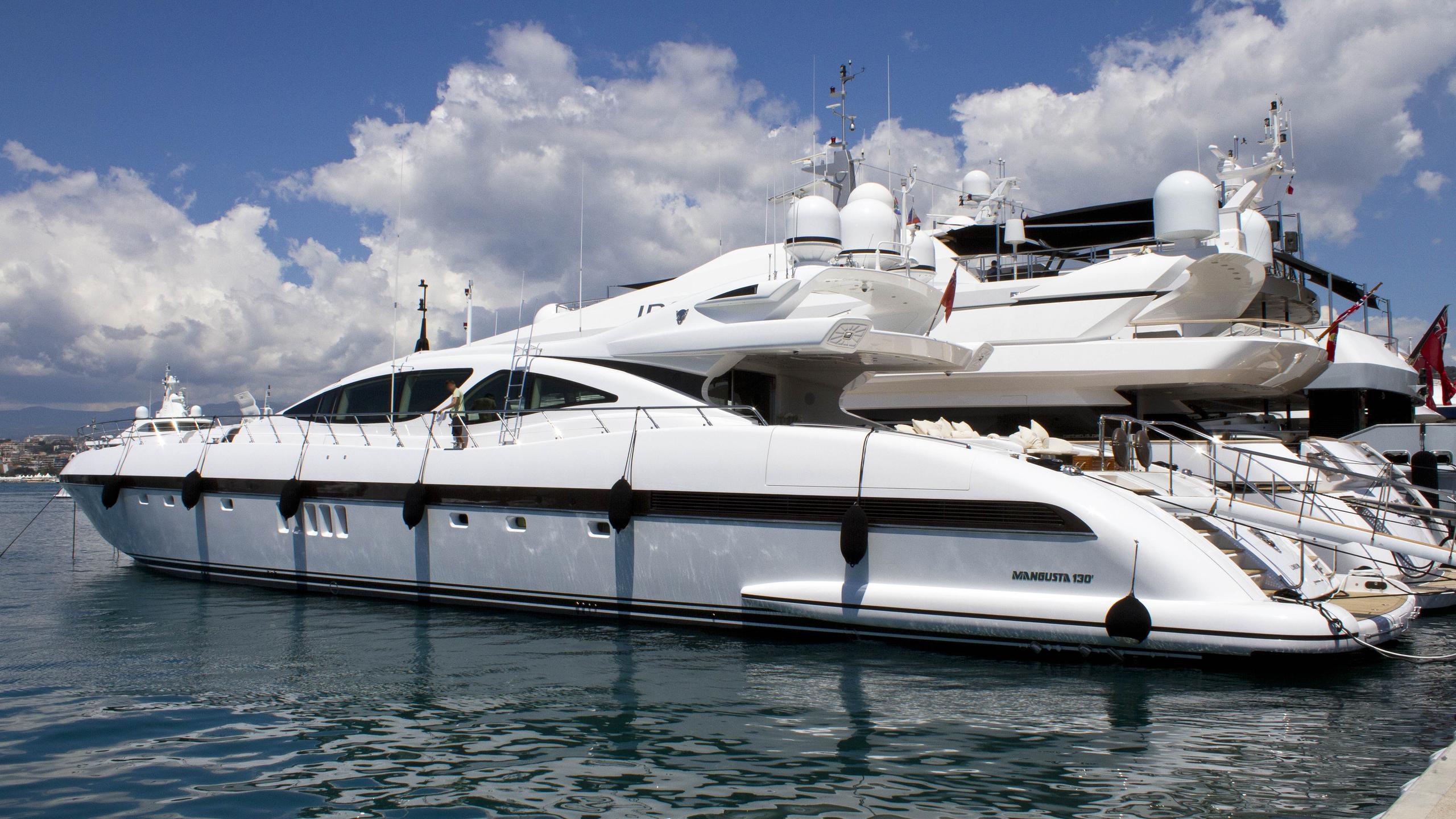 african-cat-motor-yacht-overmarine-mangusta-130s-sport-2007-40m-bow