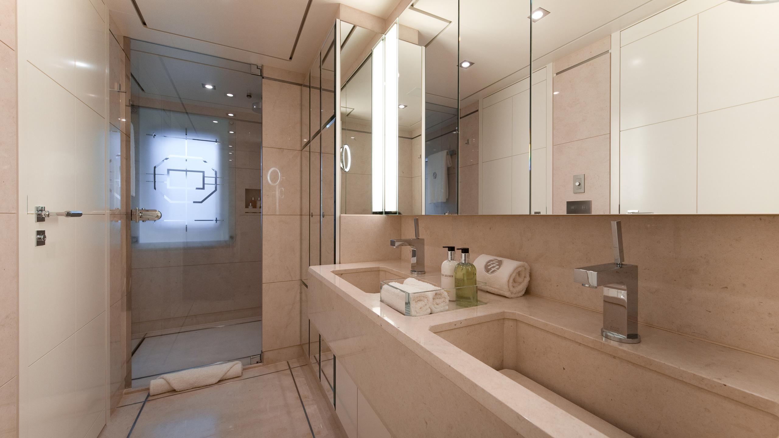 triple-seven-motor-yacht-nobiskrug-2006-68m-bathroom
