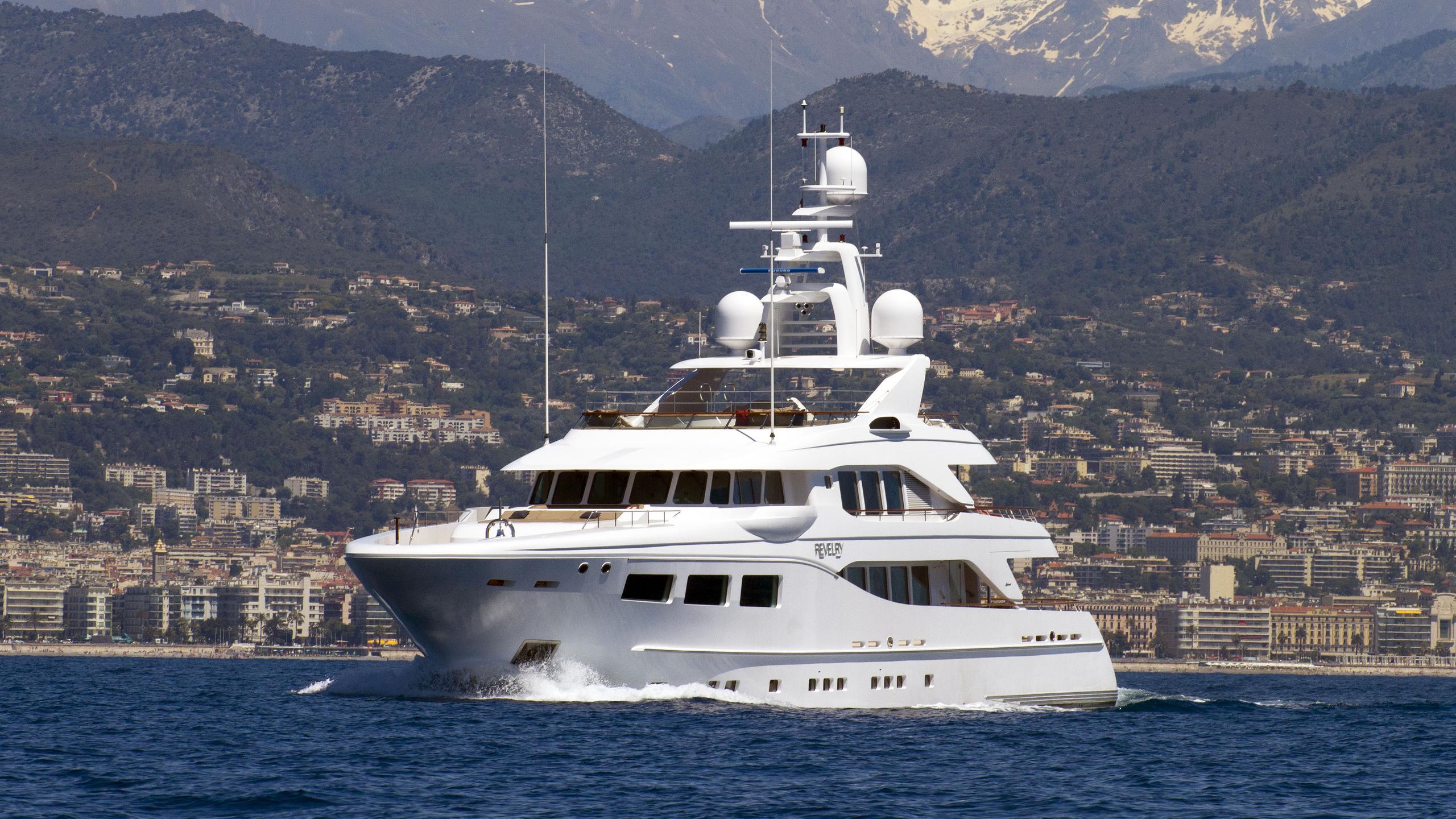 revelry-motor-yacht-hakvoort-2010-39m-half-profile