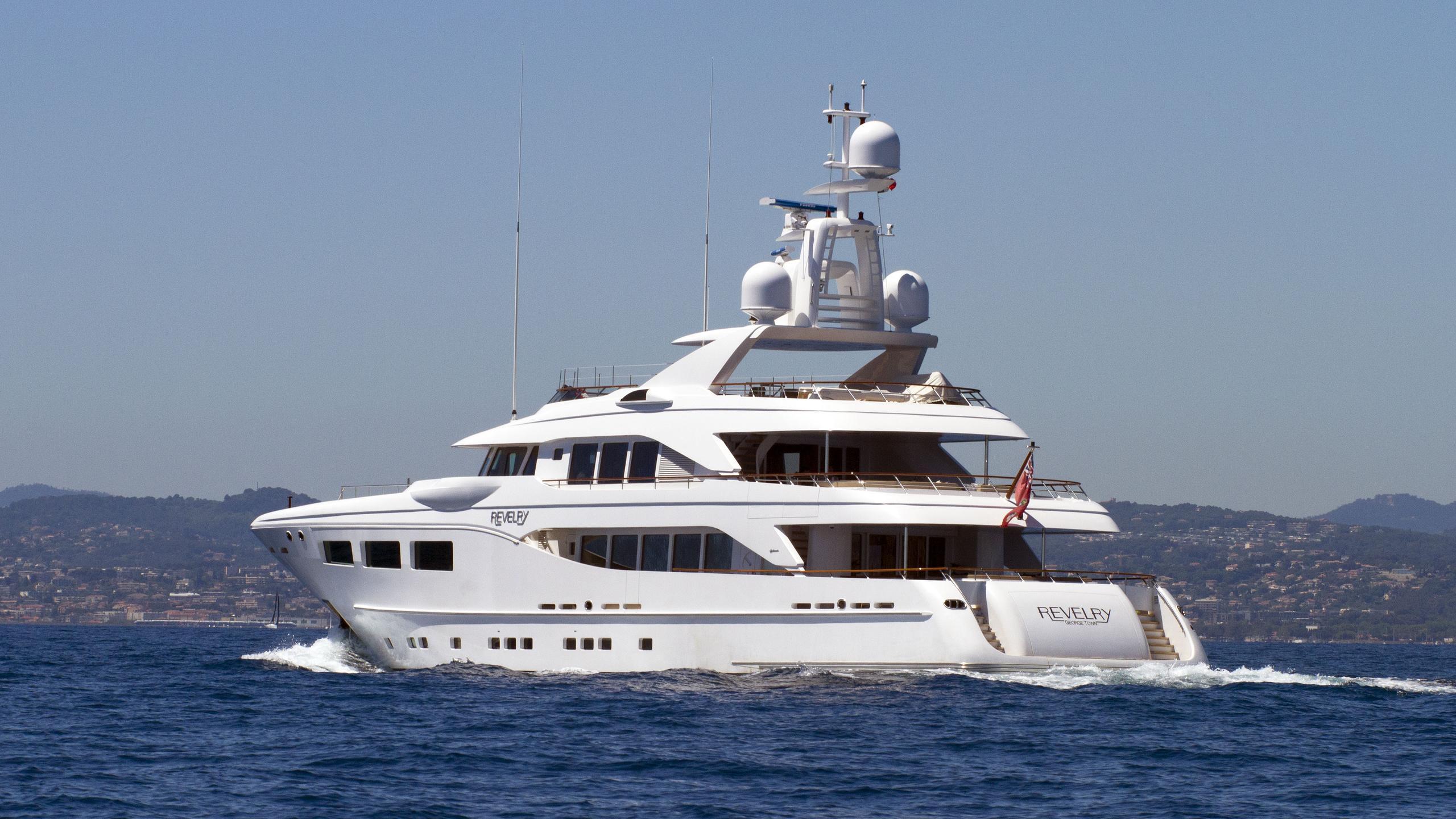 revelry-motor-yacht-hakvoort-2010-39m-running-stern