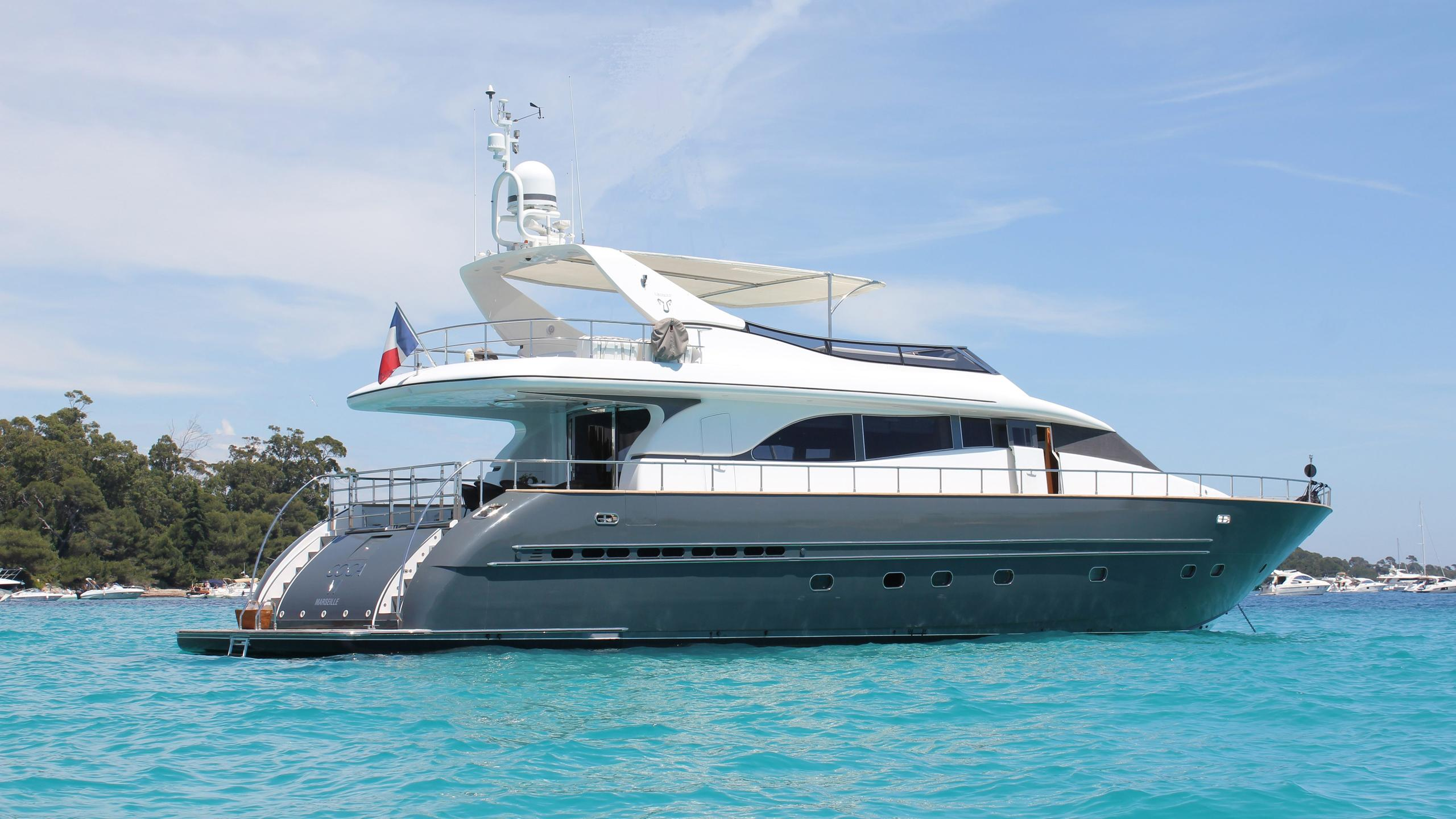 coca-vi-motor-yacht-arno-leopard-26-my-2000-26m-half-profile