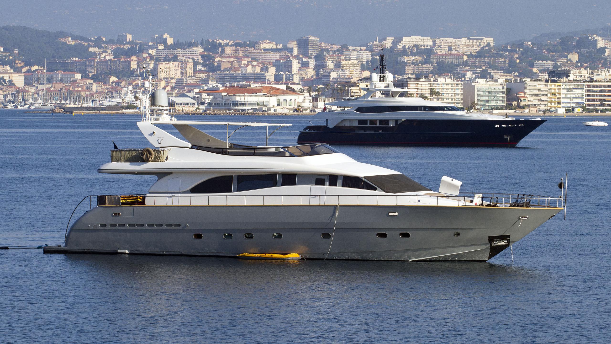 coca-vi-motor-yacht-arno-leopard-26-my-2000-26m-front-half-profile