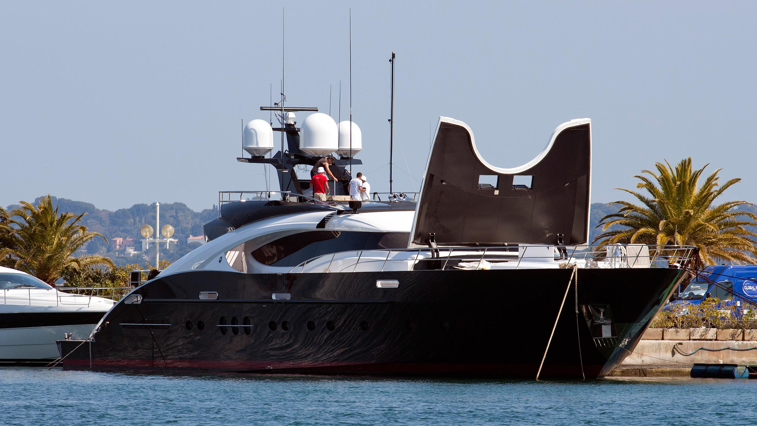 domino-motor-yacht-palmer-johnson-135-my-2009-41m-moored-front-profile