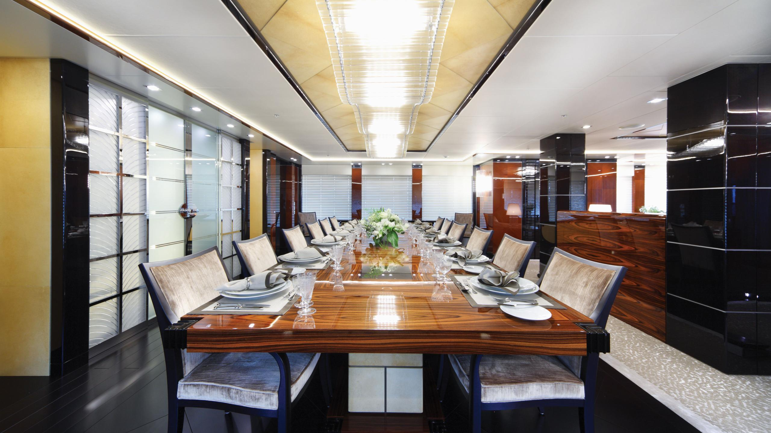 meridian-motor-yacht-icon-2012-62m-dining-room