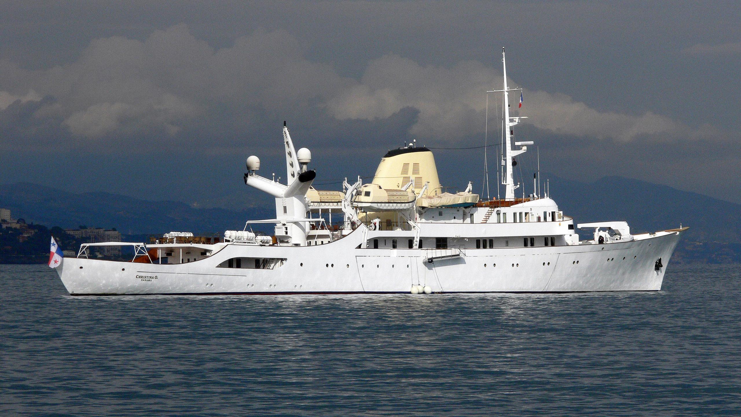 christina-motor-yacht-ferretti-881-2005-27m-anchored-profile