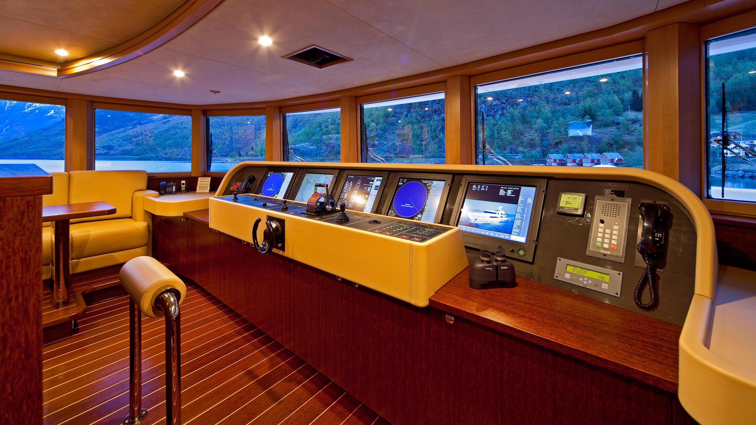 april-motor-yacht-amels-le-171-2010-52m-bridge