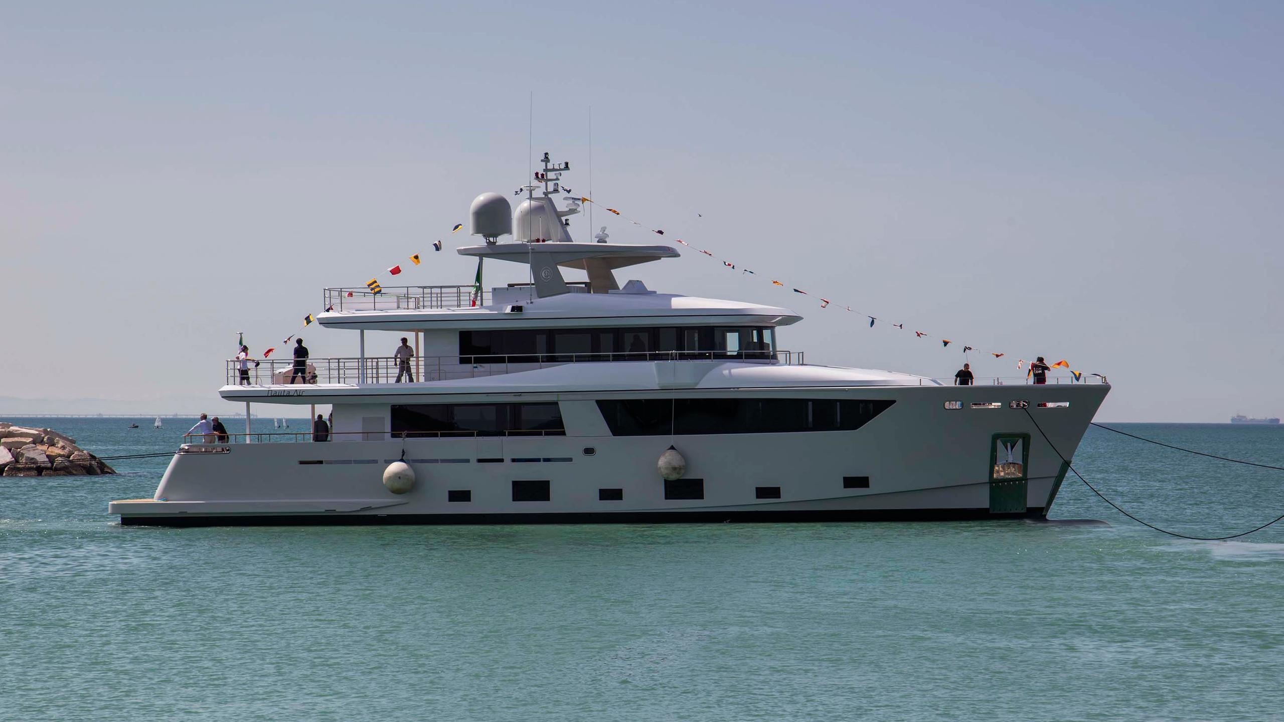 narvalo-motor-yacht-cantiere-delle-marche-2016-31m-nauta-air-108-profile-anchored