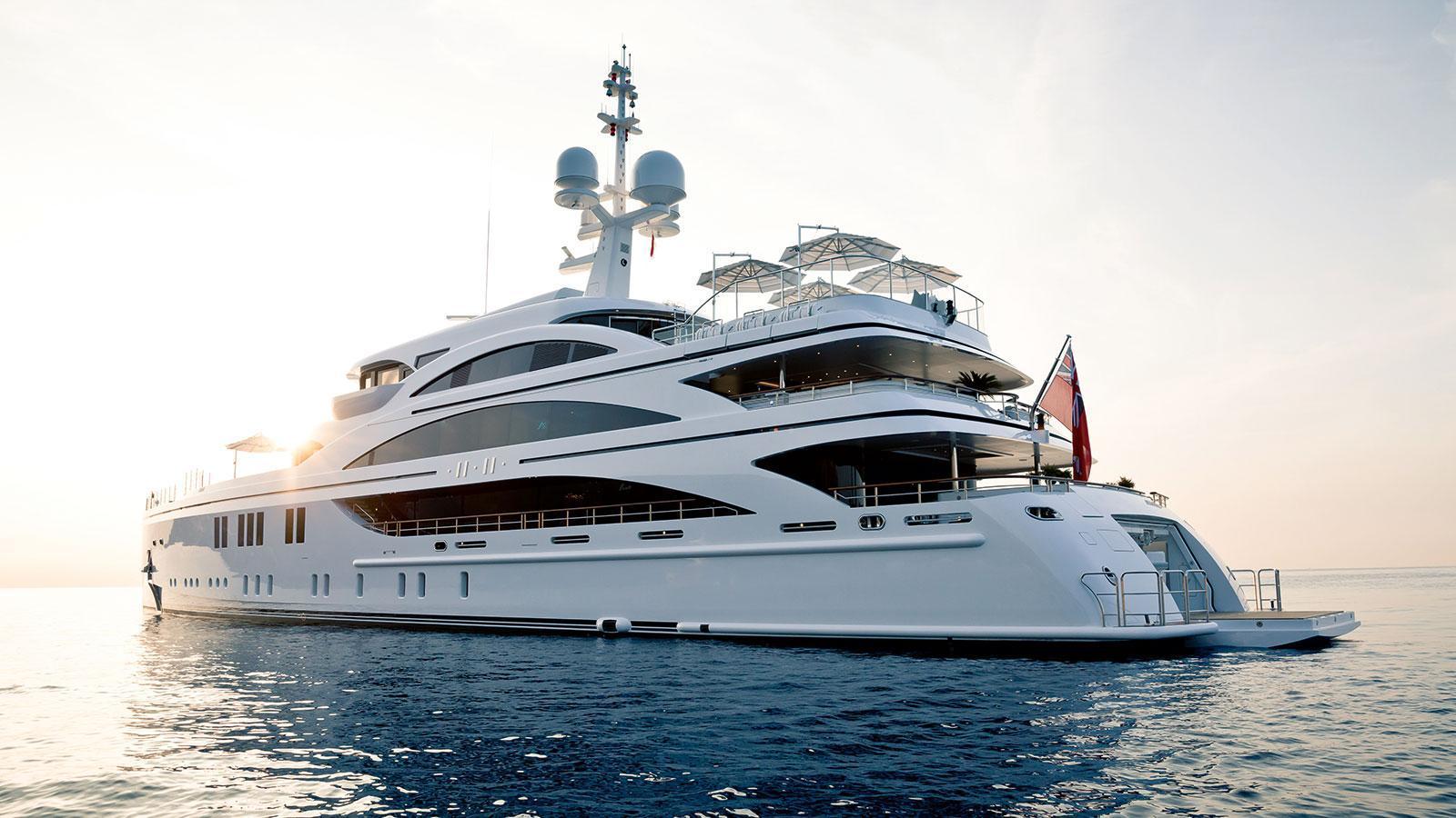 1111-motor-yacht-benetti-2015-63m-hal-profile-stern