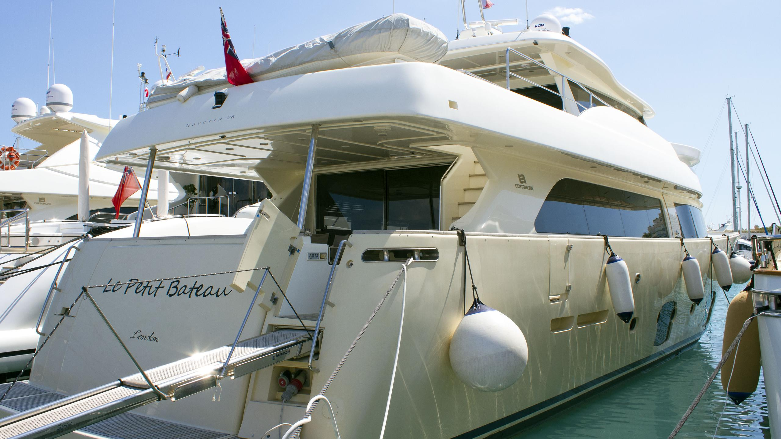le-petit-bateau-motor-yacht-ferretti-custom-line-2010-26m-stern