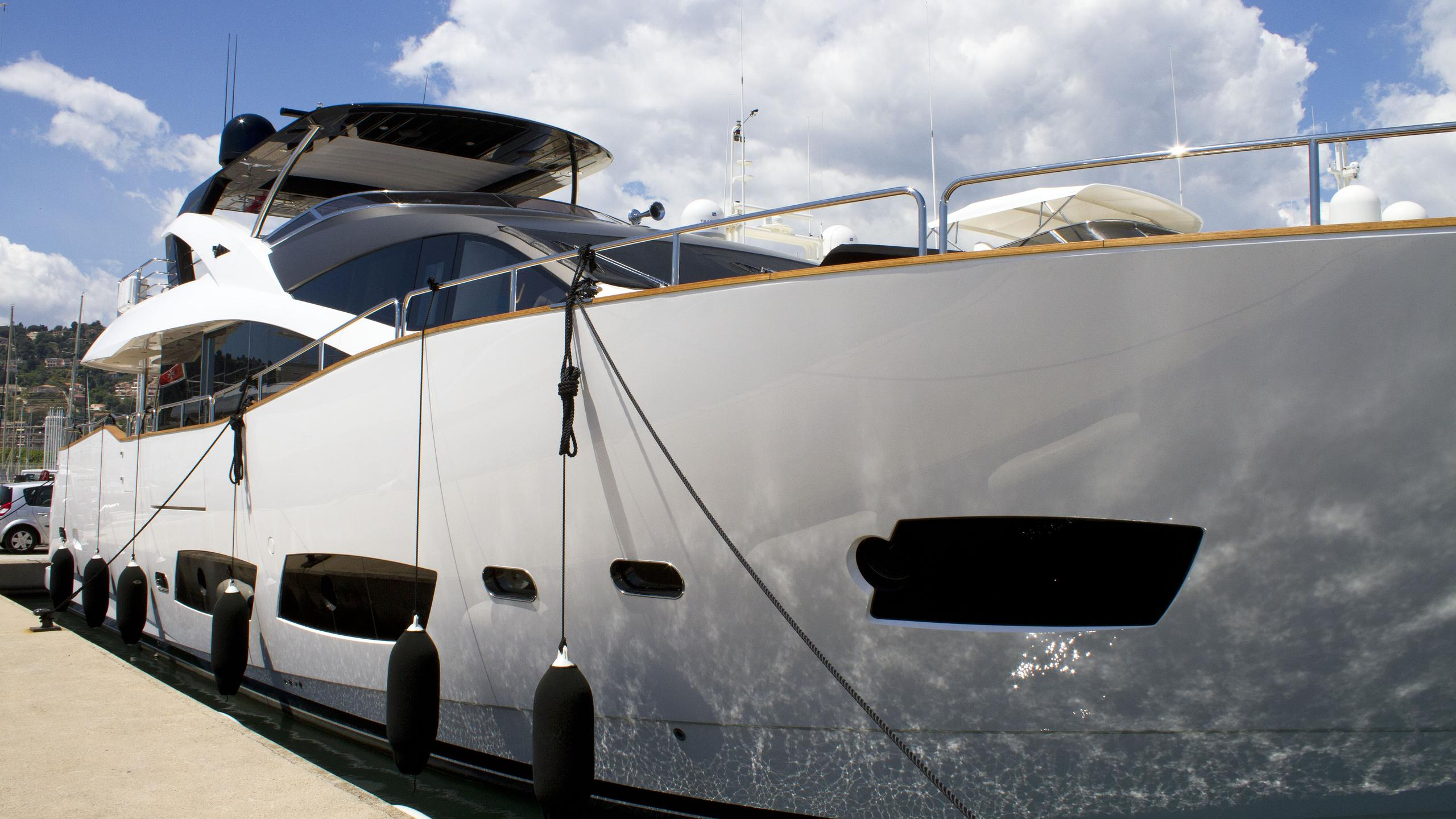mystery-king-motor-yacht-sunseeker-2015-28m-moored-bow