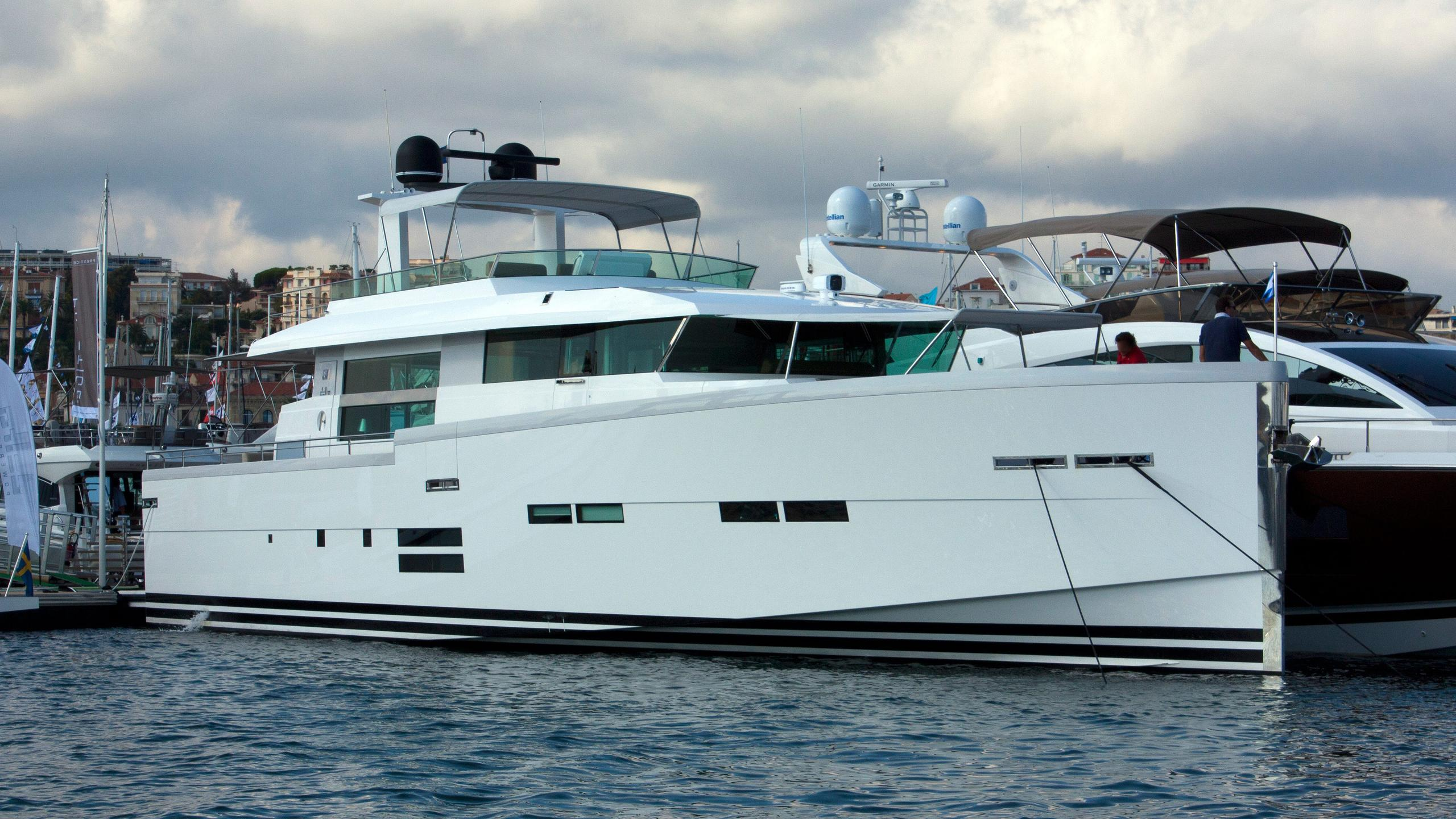 samisa-motor-yacht-delta-powerboats-2014-26m-moored-half-profile