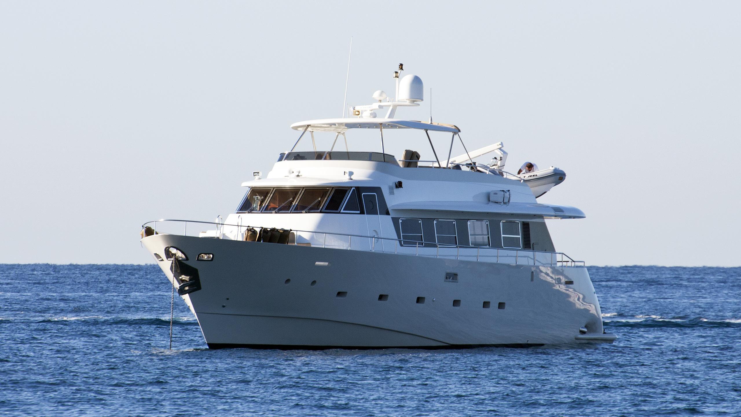 jeel-motoryacht-mondomarine-2003-24m-half-profile