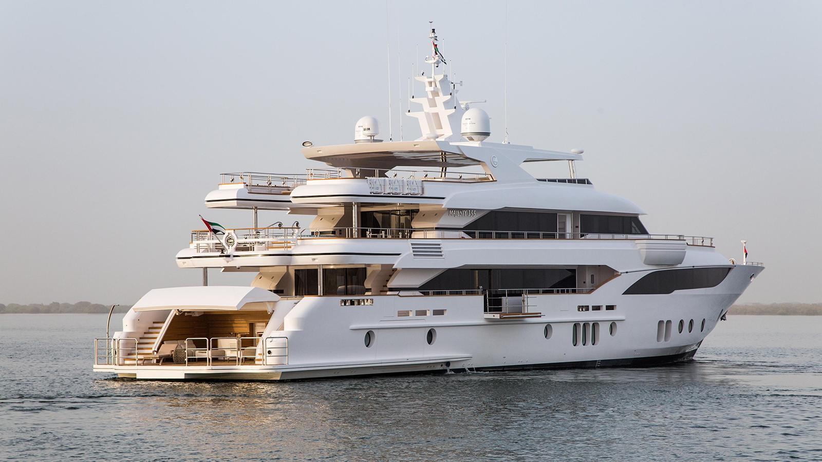 escape-motor-yacht-gulf-craft-2015-47m-stern-profile