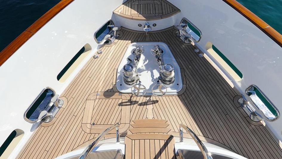 solis-motor-yacht-mulder-2015-34m-foredeck