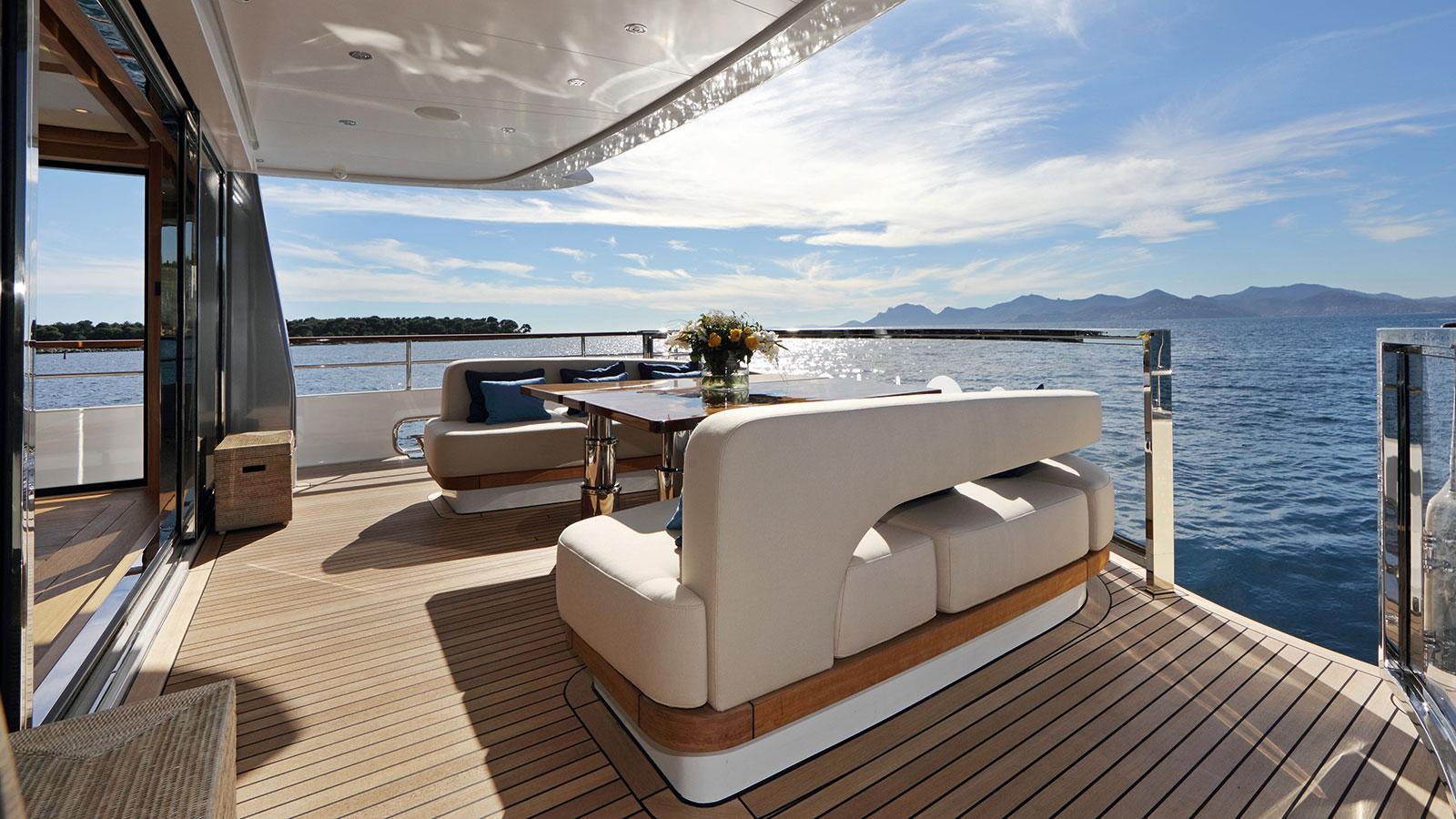 solis-motor-yacht-mulder-2015-34m-aft-deck