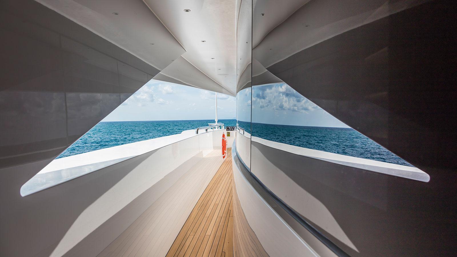 suerte-motor-yacht-tankoa-2015-69m-side-deck