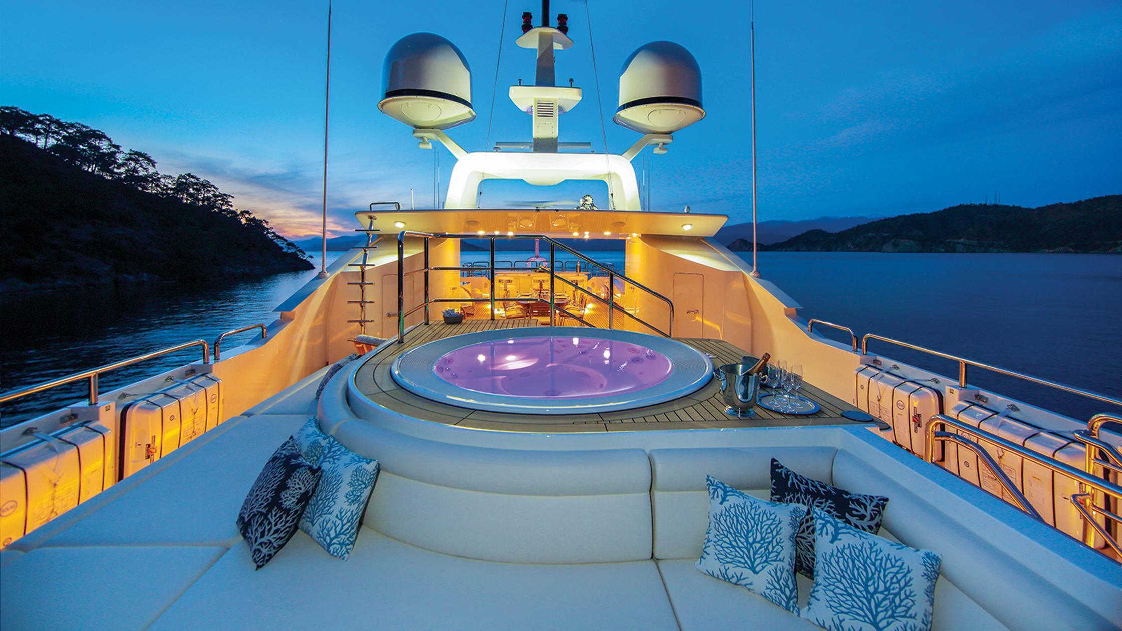vica-motor-yacht-benetti-2015-50m-jacuzzi-night