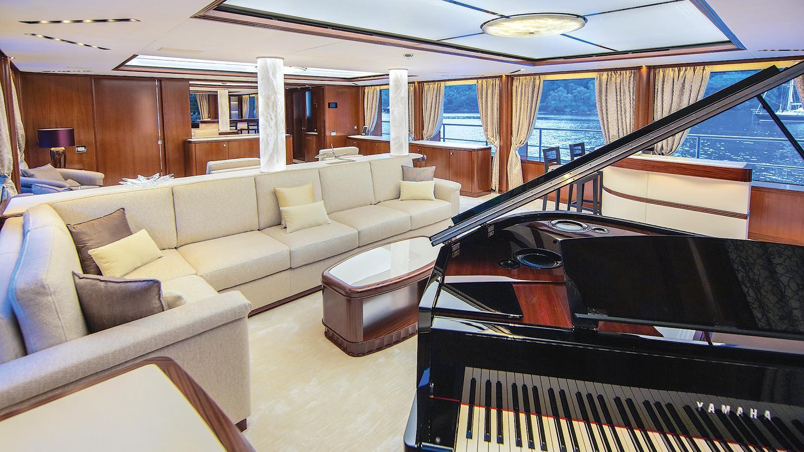 vica-motor-yacht-benetti-2015-50m-saloon