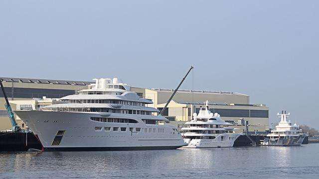 dilbar-motor-yacht-lurssen-2016-156m-shipyard-next-to-smaller-boats