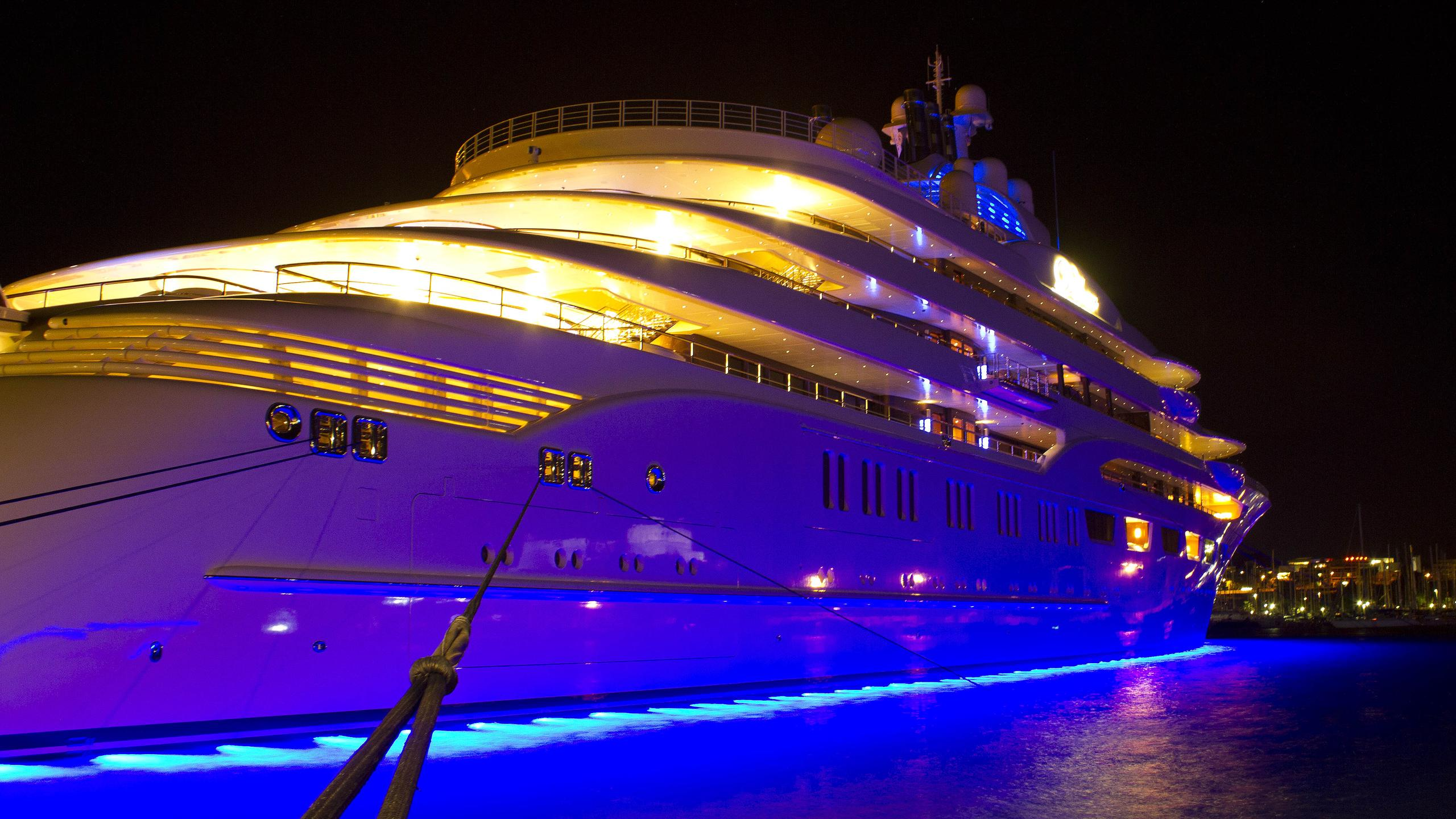 dilbar-motor-yacht-lurssen-2016-156m-part-stern-by-night