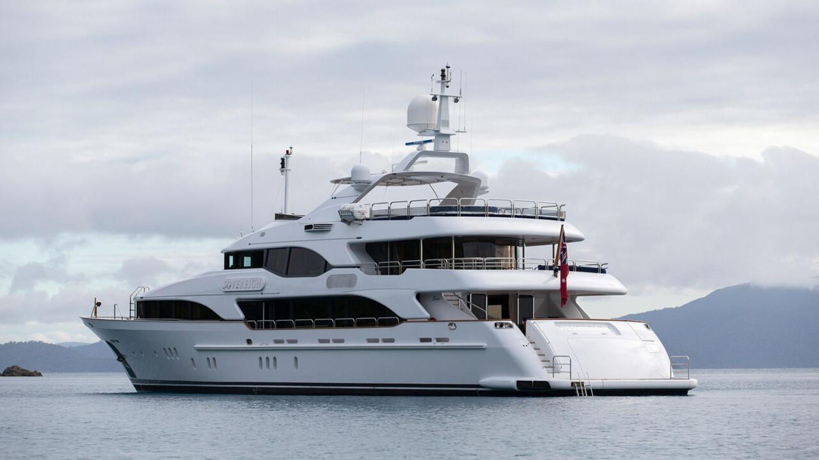 sovereign-motor-yacht-benetti-2002-44m-half-profile-stern