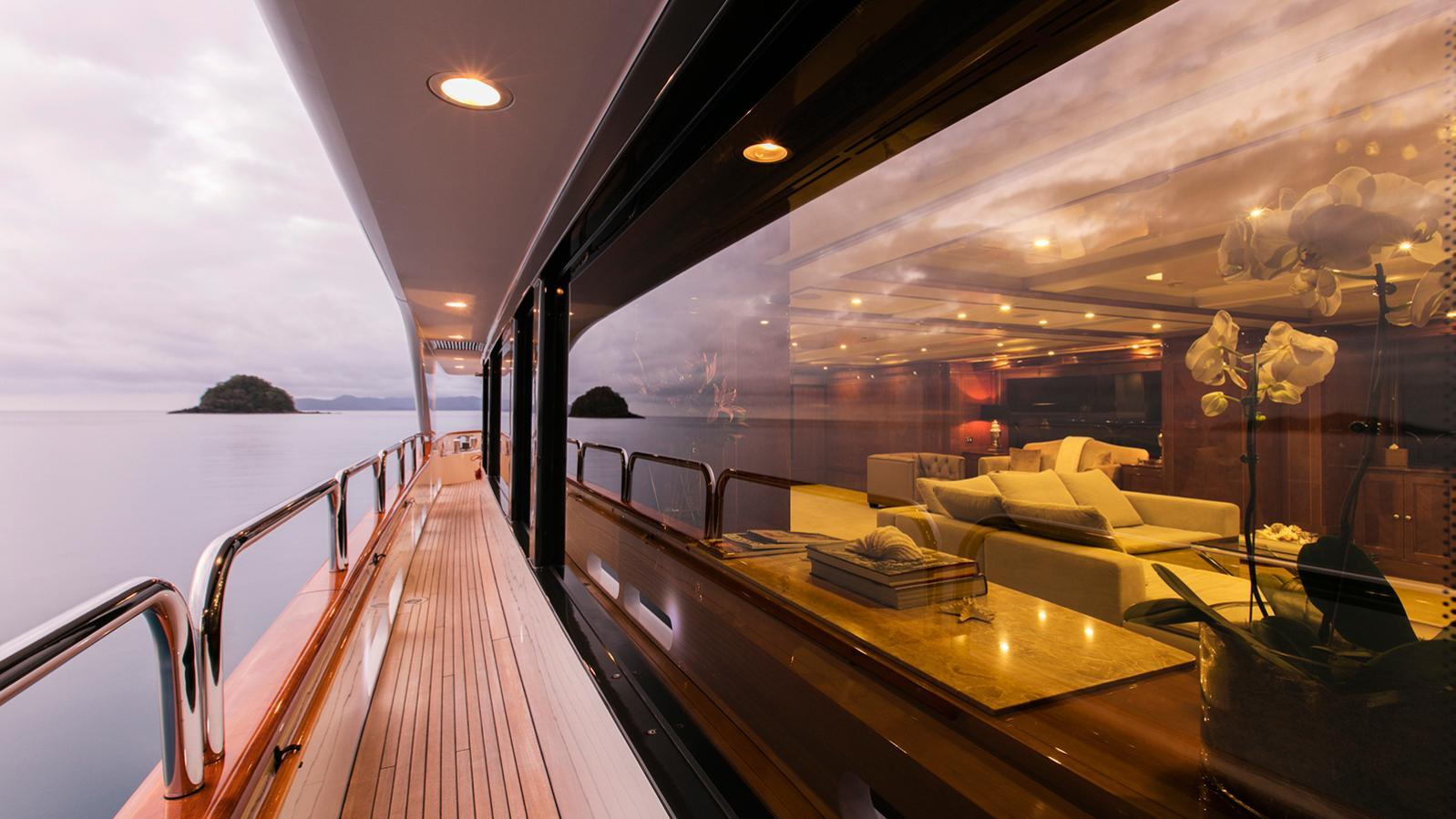 sovereign-motor-yacht-benetti-2002-44m-side-deck