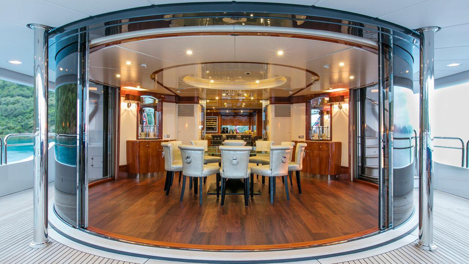 sovereign-motor-yacht-benetti-2002-44m-circular-dining-room