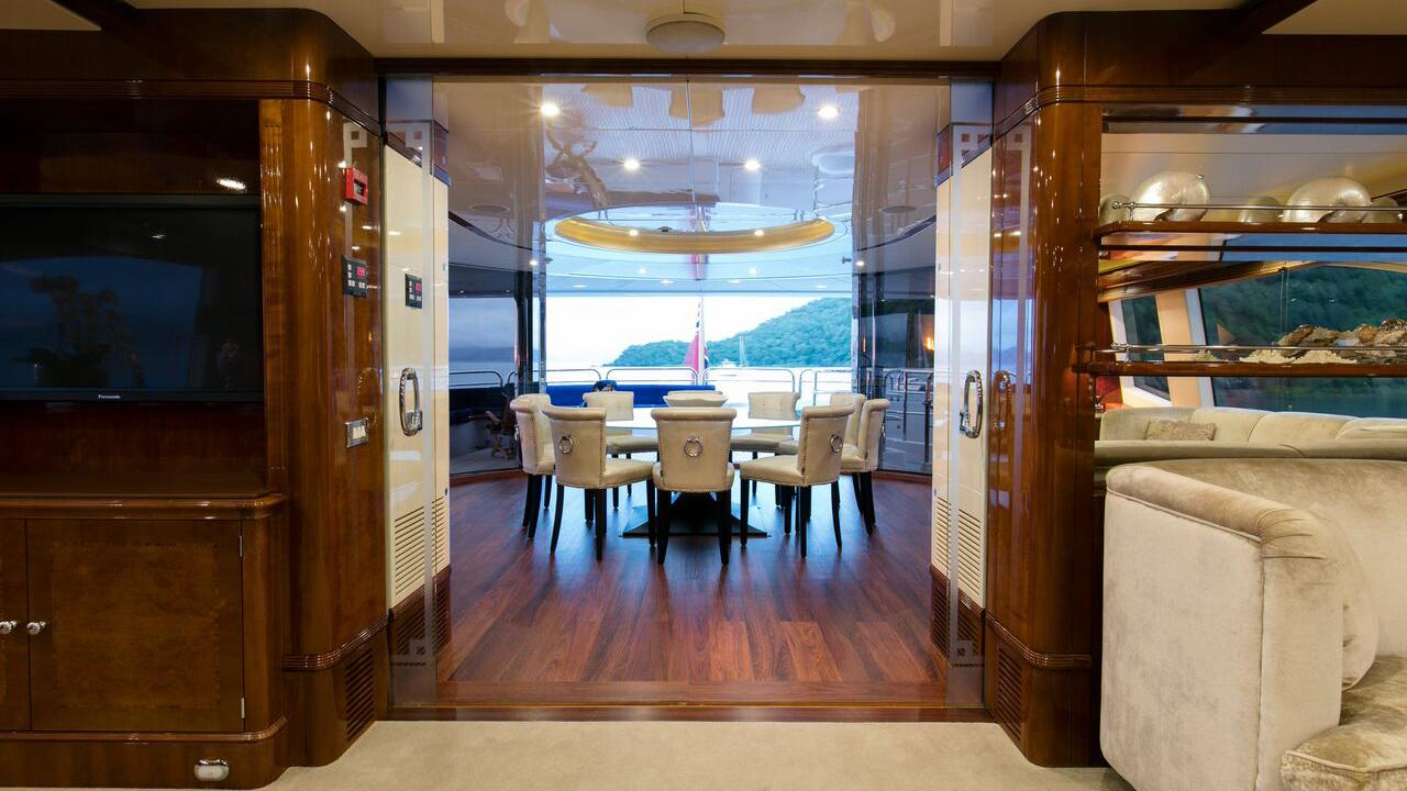 sovereign-motor-yacht-benetti-2002-44m-dining-room