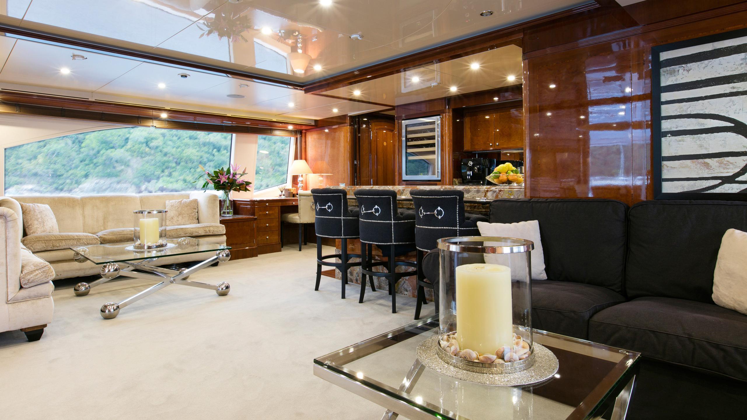 sovereign-motor-yacht-benetti-2002-44m-bar-saloon
