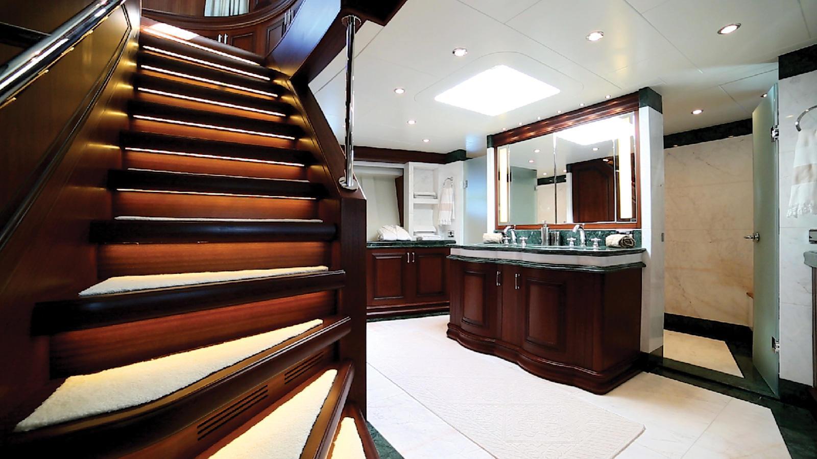 clarity-motor-yacht-bilgin-classic-160-2015-49m-master-bathroom