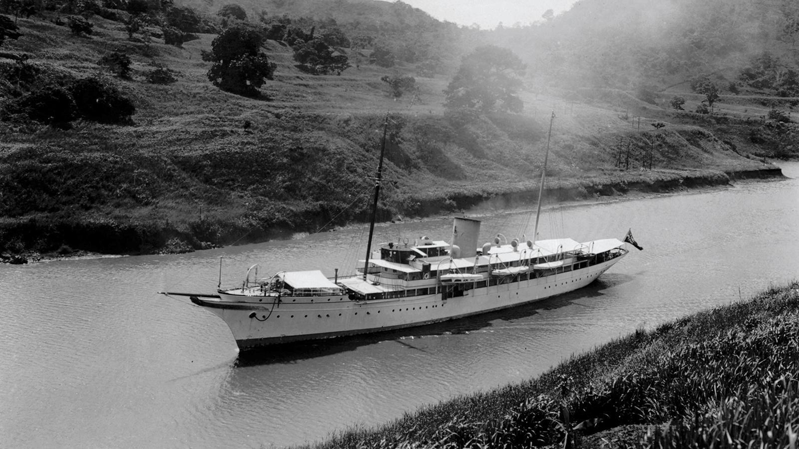 nahlin-classic-motor-yacht-brown-j-1930-91m-canal