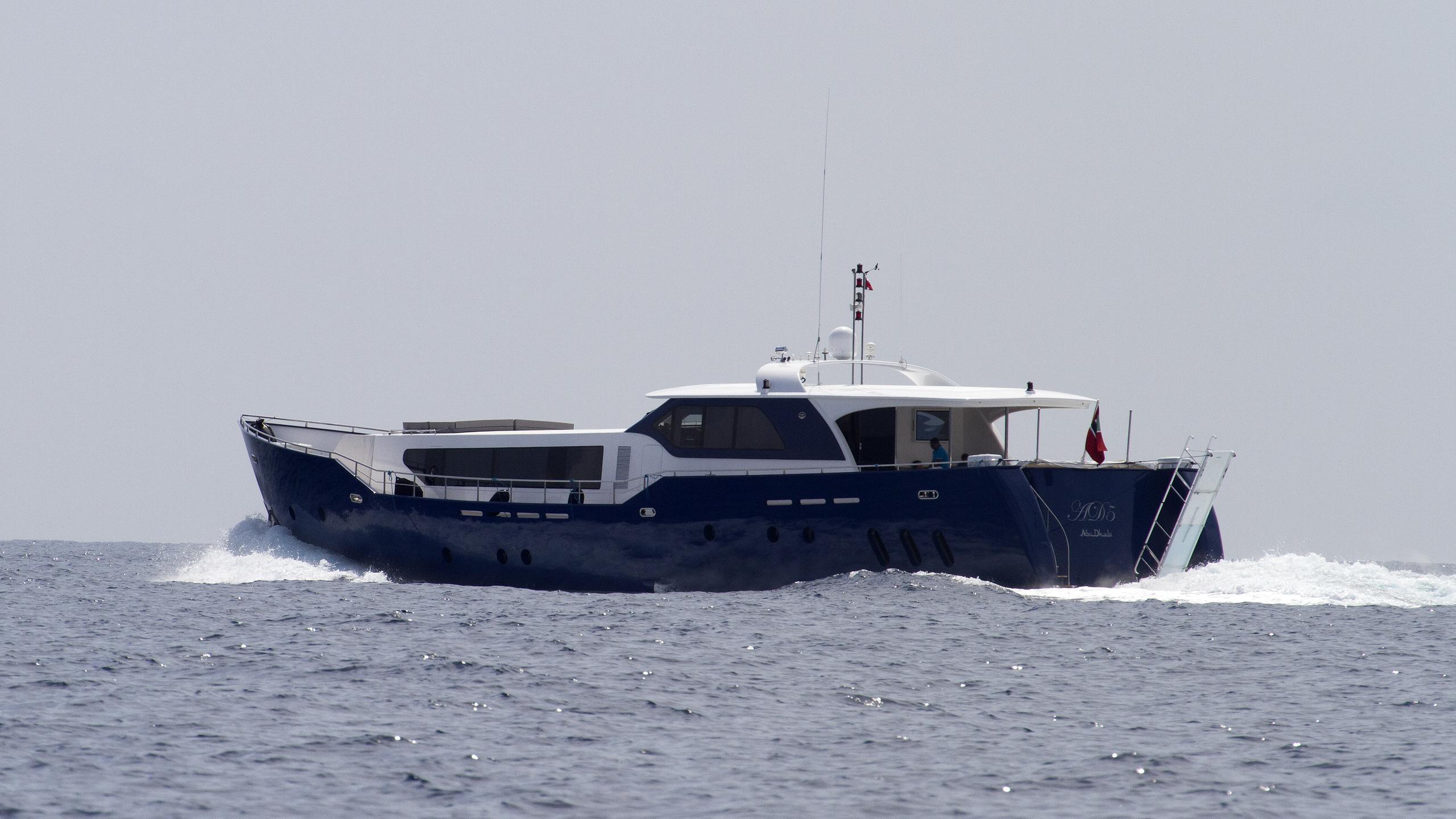 ad5-motoryacht-agantur-32m-2011-running-half-stern