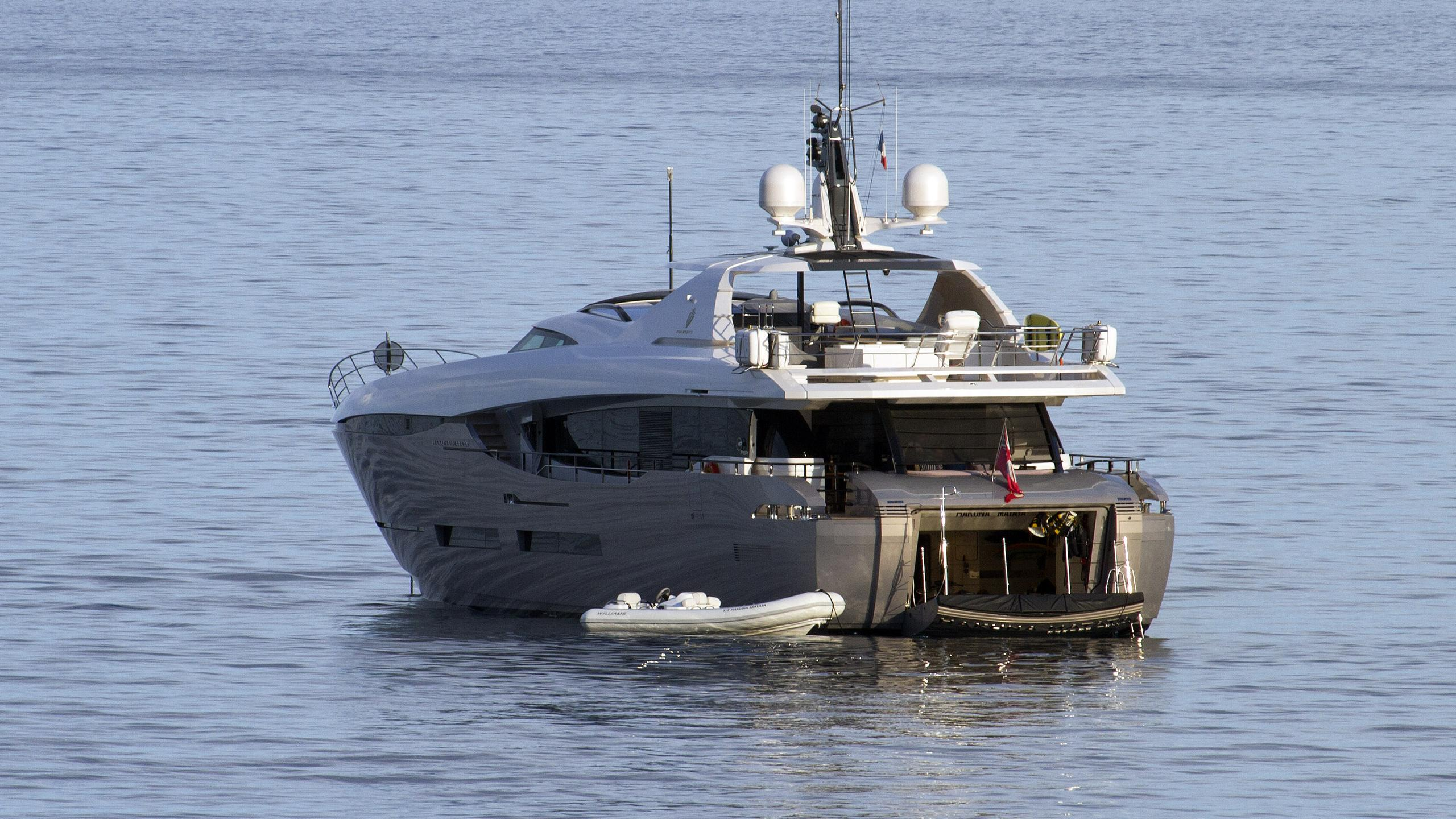 hakuna-matata-motoryacht-peri-yachts-2011-38m-half-stern