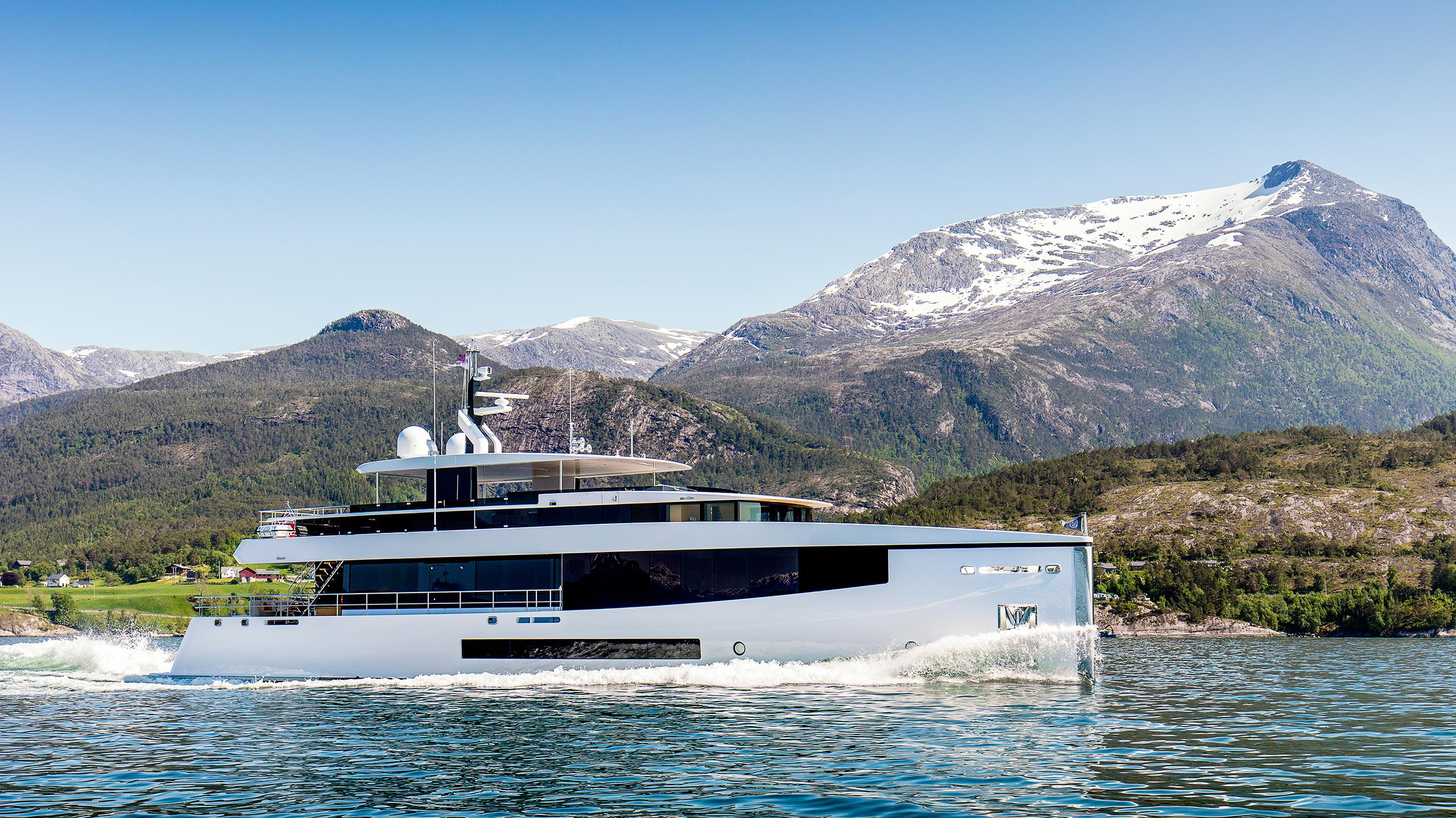 moon-sand-too-super-yacht-feadship-2016-34-metre-running-shot