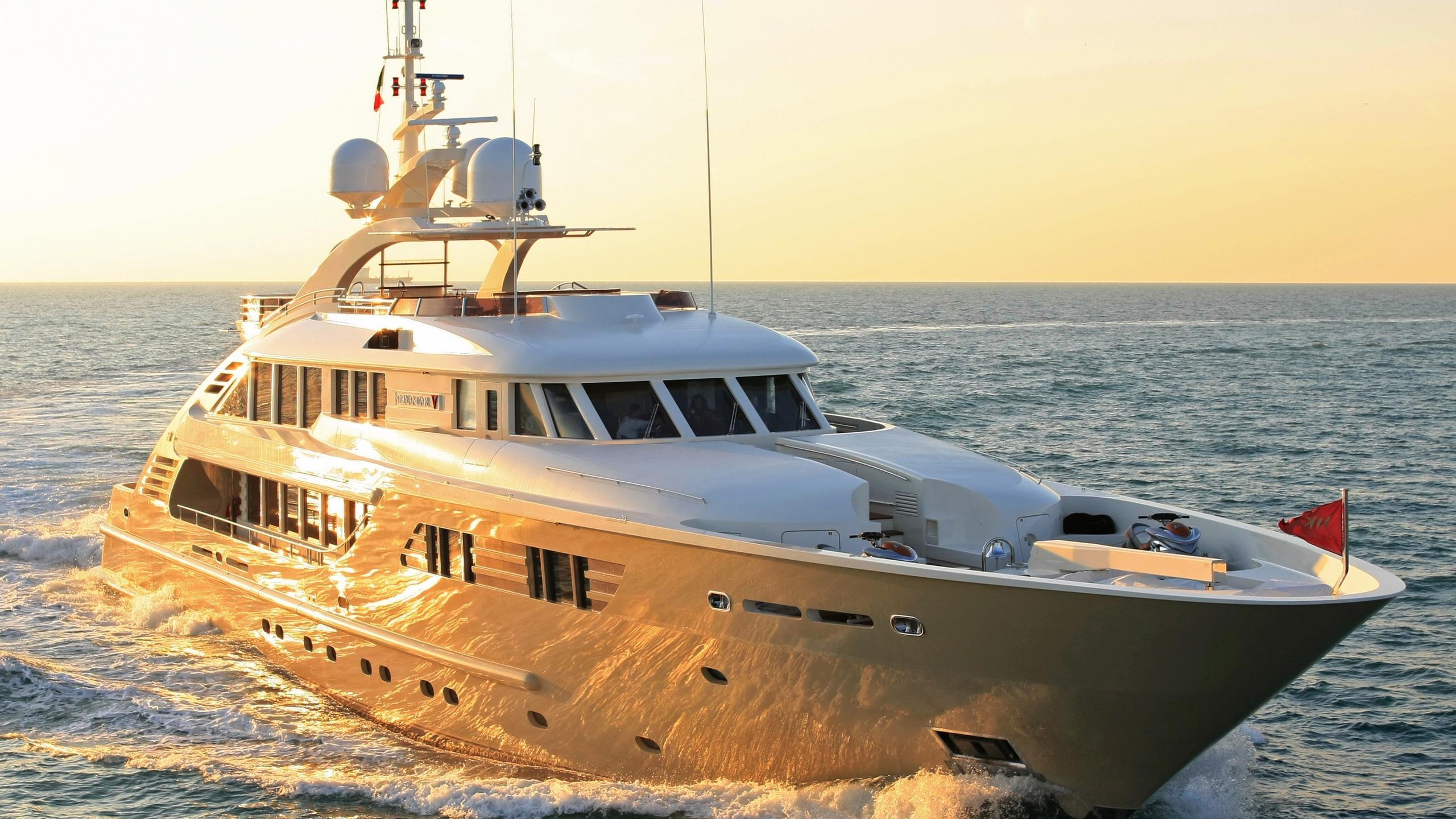 Alexandar V yacht cruising