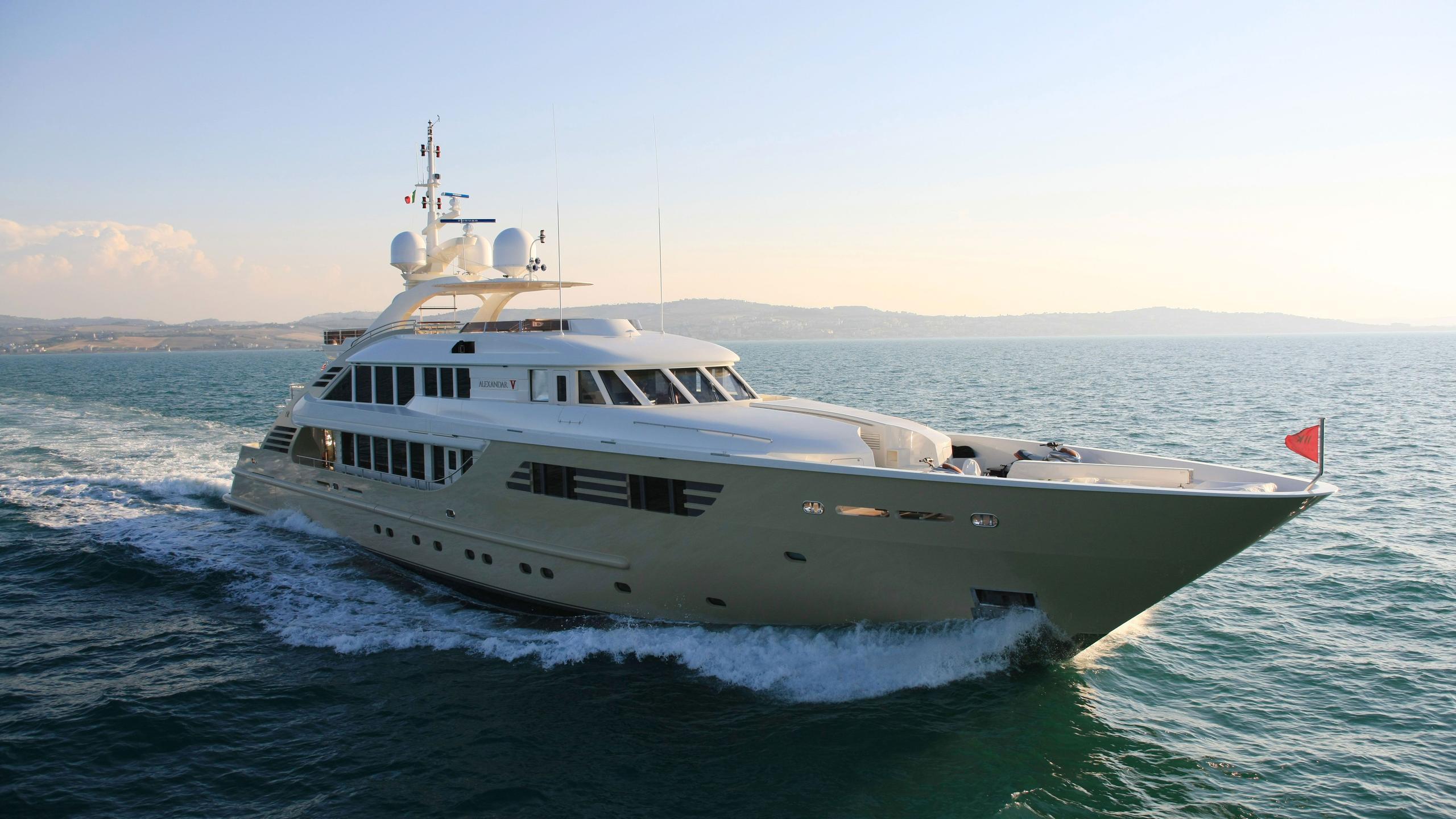 Alexandar V yacht running