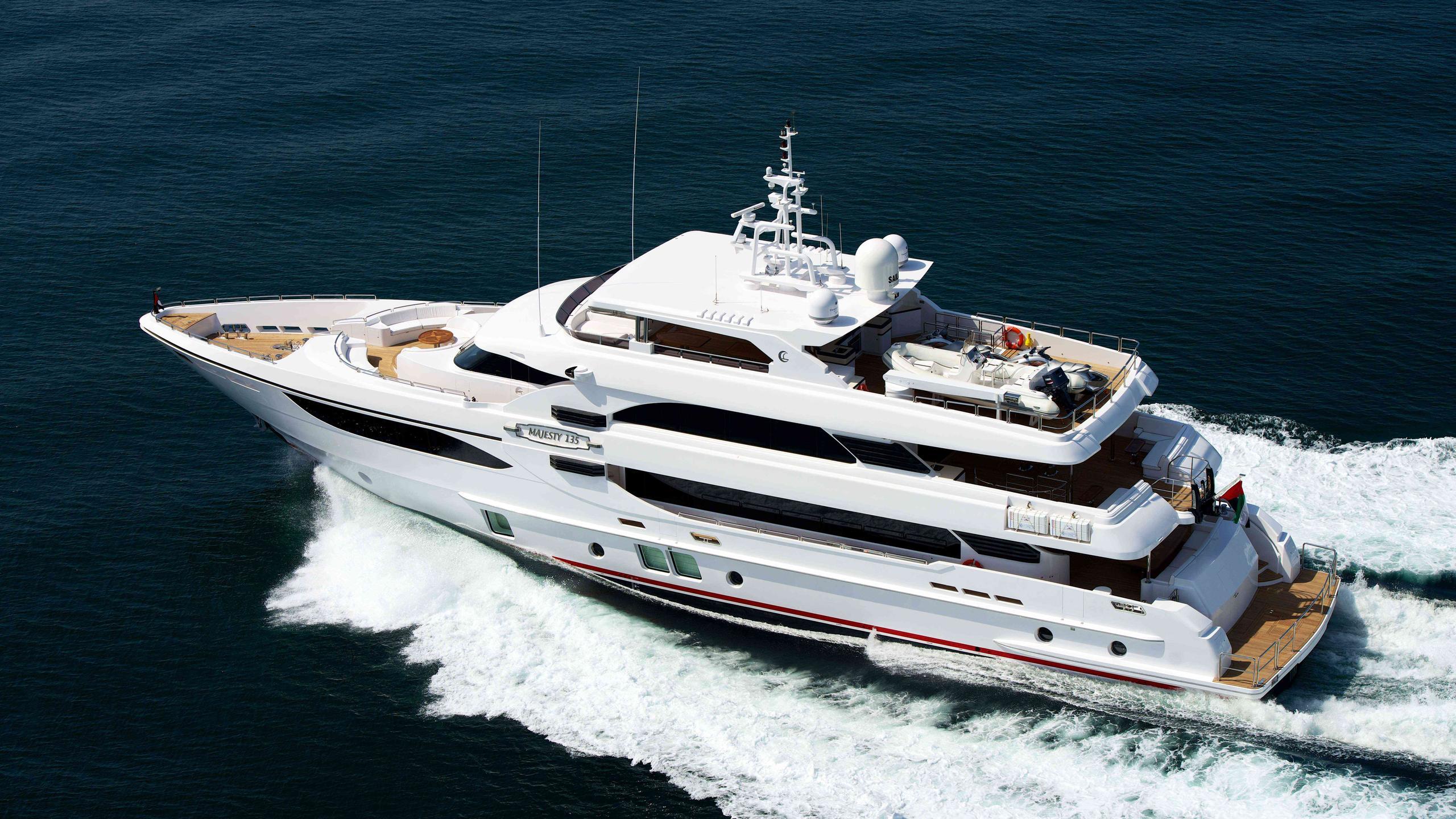 uaq-1-yacht-exterior