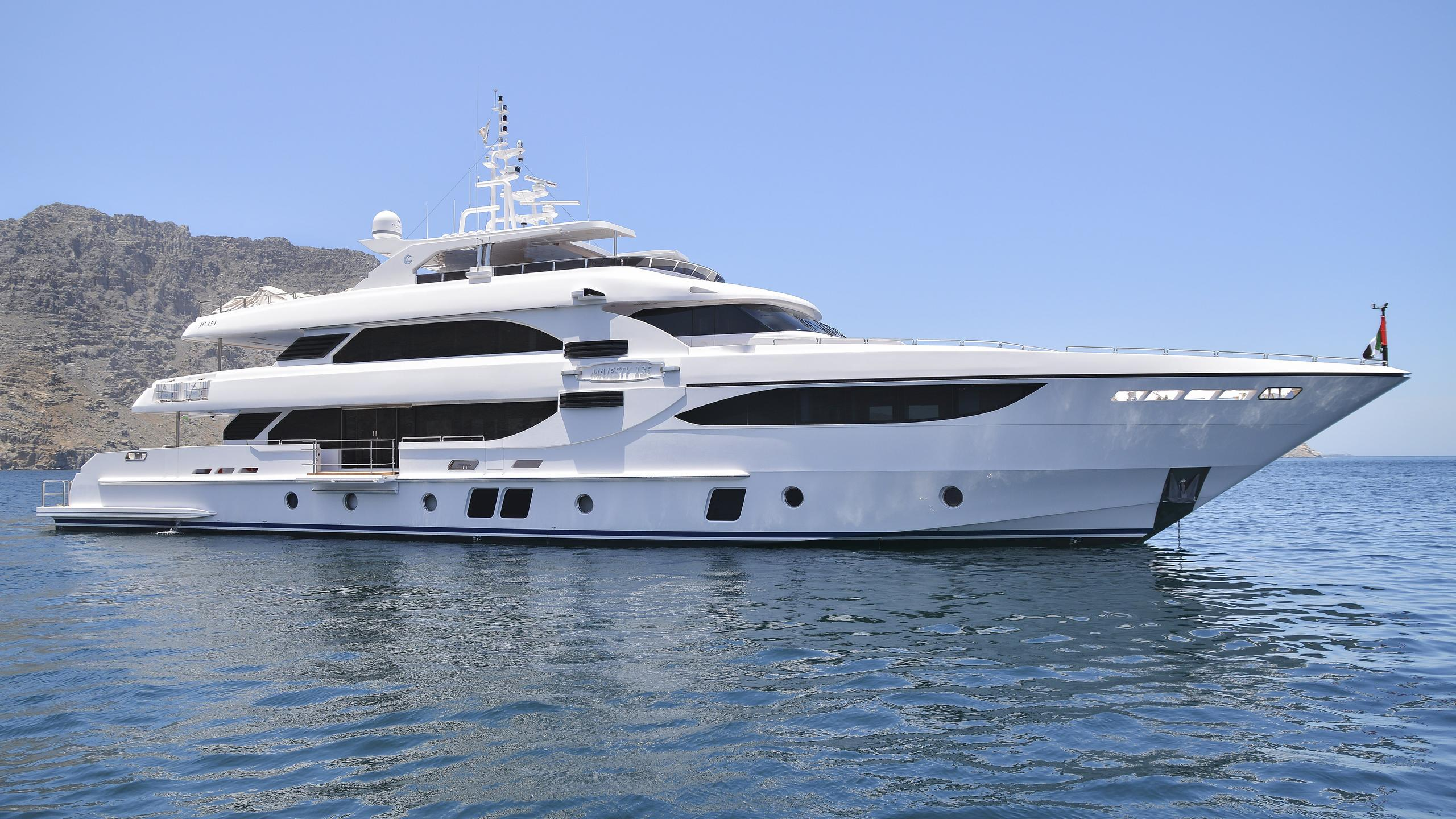 dubai-star-yacht-exterior