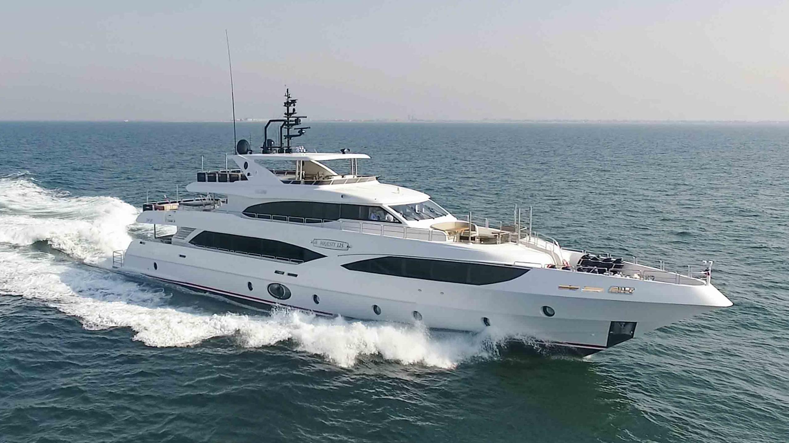 bliss motoryacht gulf craft majesty 125 39m 2017 half profile sistership