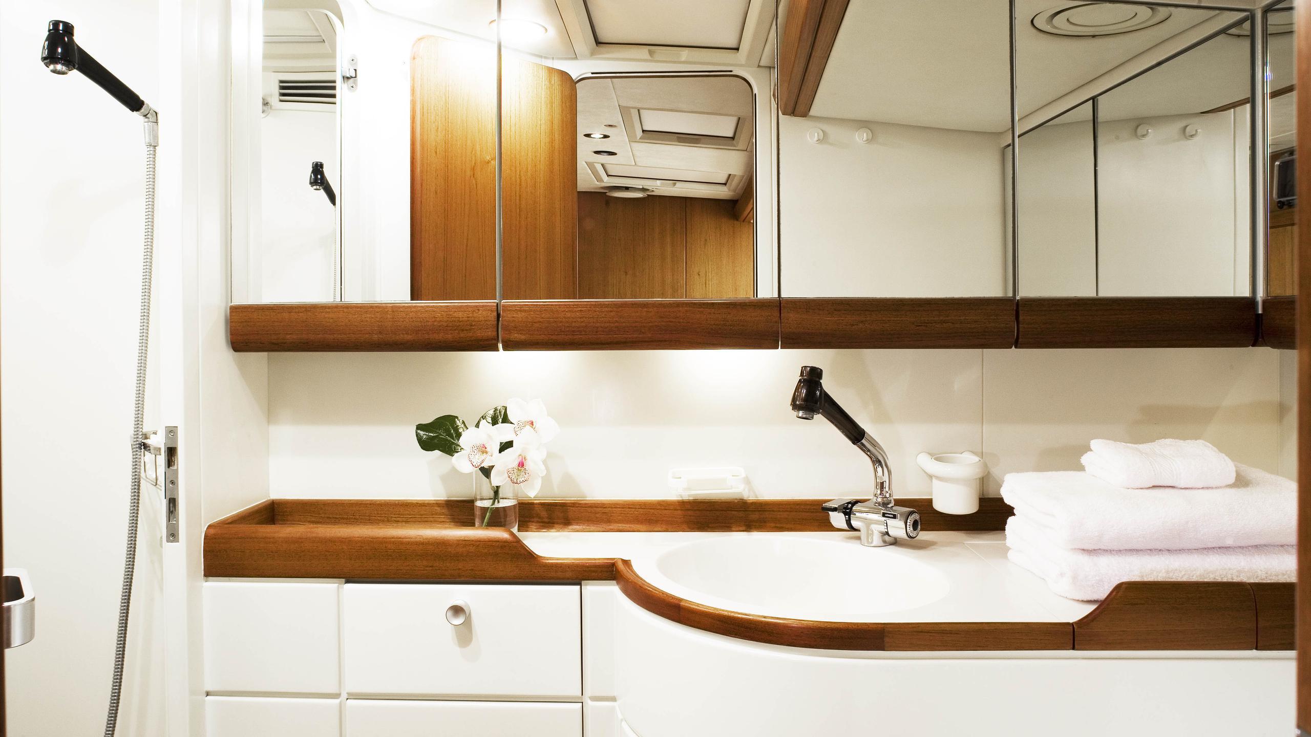 cyclos ii sailing yacht royal huisman 28m 1985 bathroom